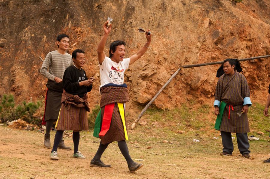 Playing khuru - mega dart - in Bhutan - Photo: Jens Kirkeby